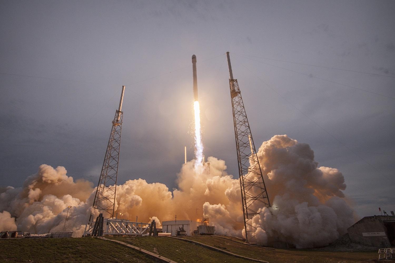 Primeiro lançamento do foguetão daSpaceX correu mal: a nave explodiu na rampa do lançamento.