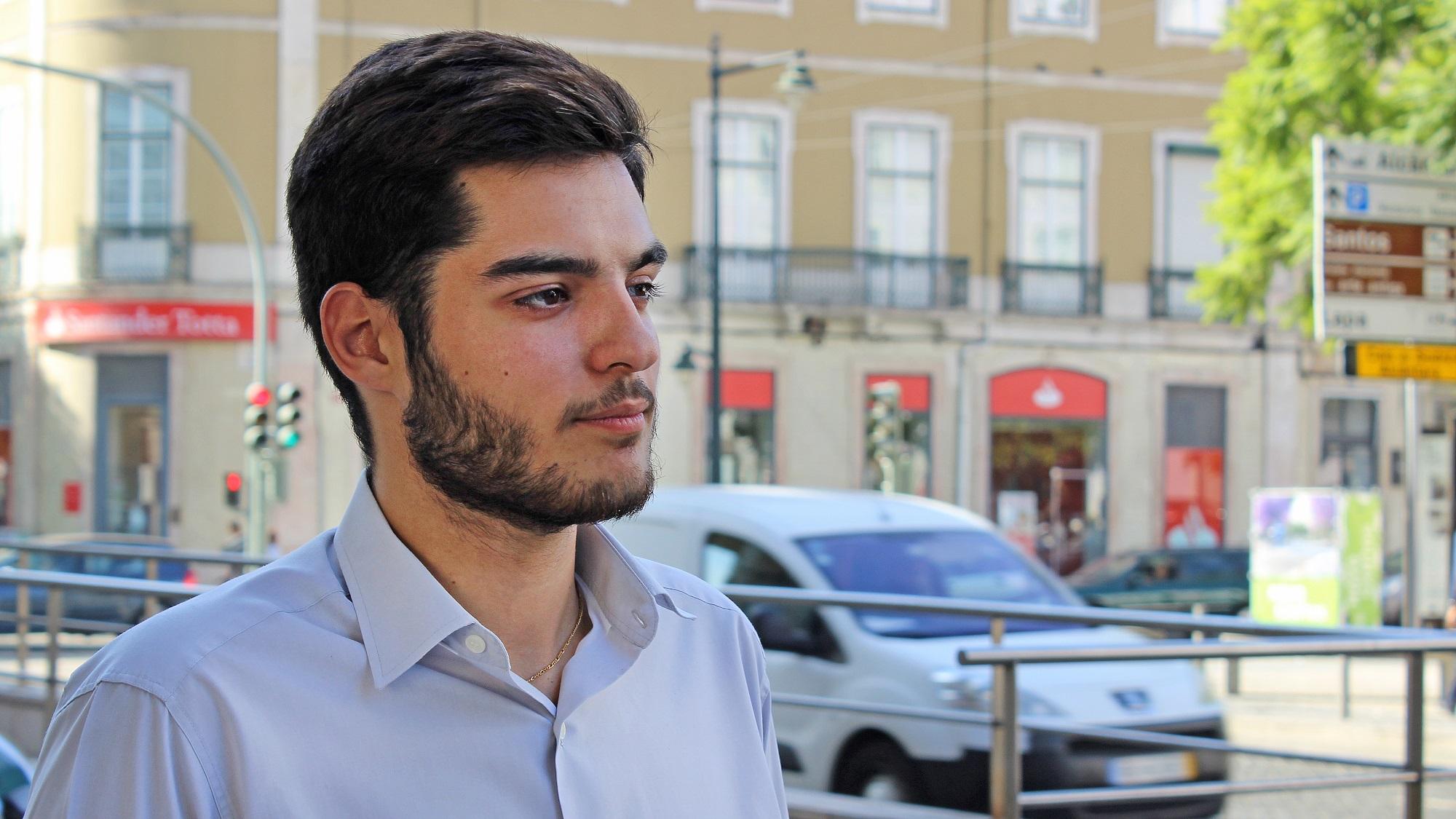 Há motoristas da Uber a transportarem pessoas sem a aplicação, denuncia João Ferraz