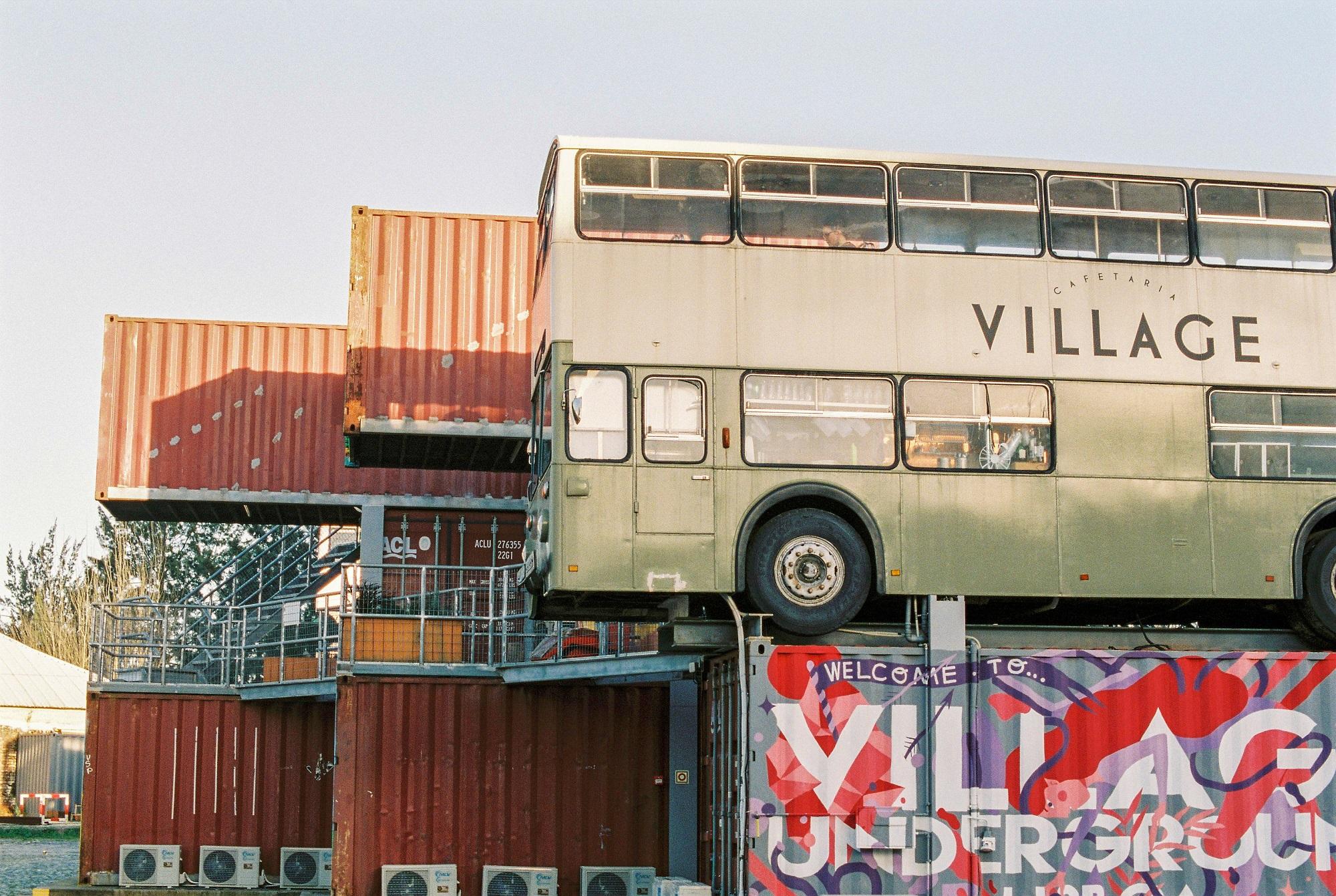Village Underground tem espaço para acolher até 30 projetos.
