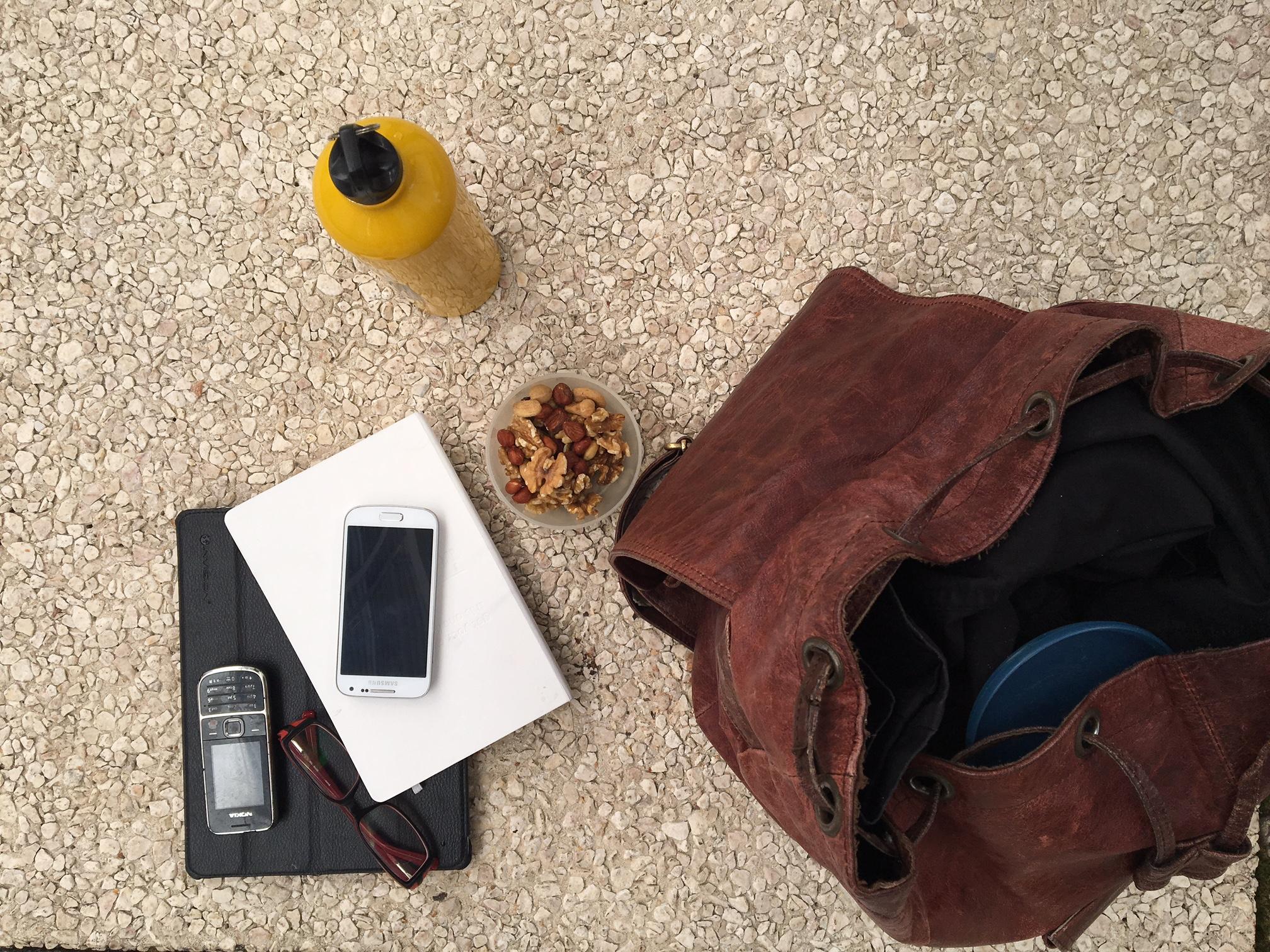 """No kit de sobrevivência de Débora há lugar para um tablet, uma garrafa de água e uma caixa com frutos secos, para ir """"picando"""" durante o dia. Os dois telemóveis - incluindo um antigo Nokia - asseguram as comunicações em português e em alemão."""