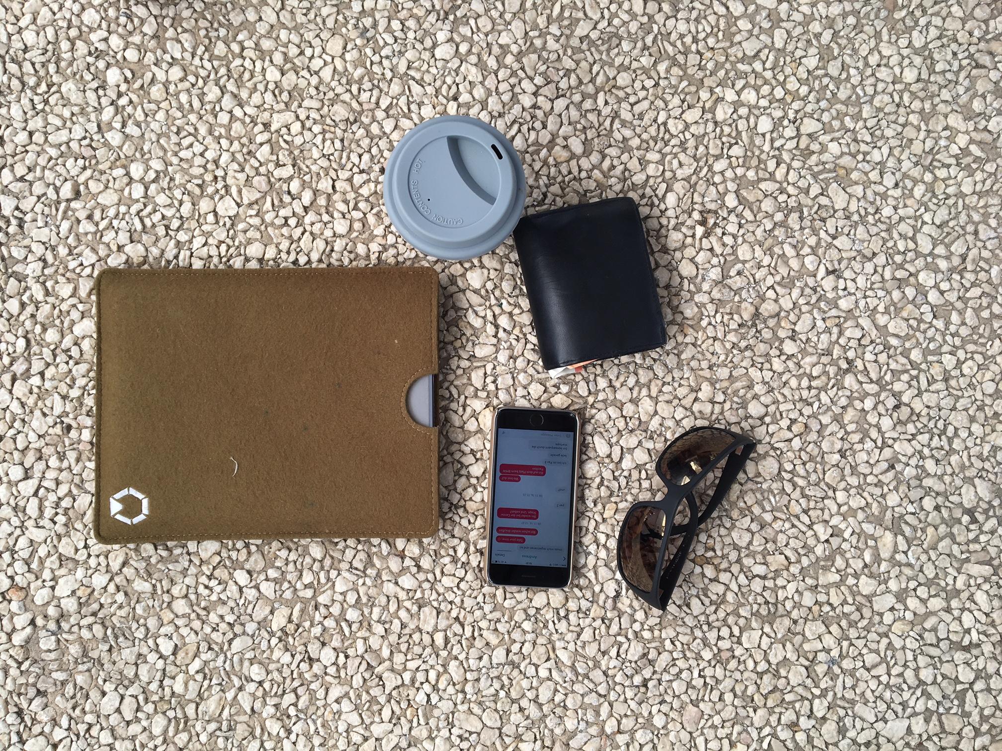 No kit de sobrevivência do advogado Clements Pfizer há óculos de sol para os dias soalheiros de S. Martinho, um smartphone para trocar mensagens com outros participantes e um copo para beber enquanto caminha.
