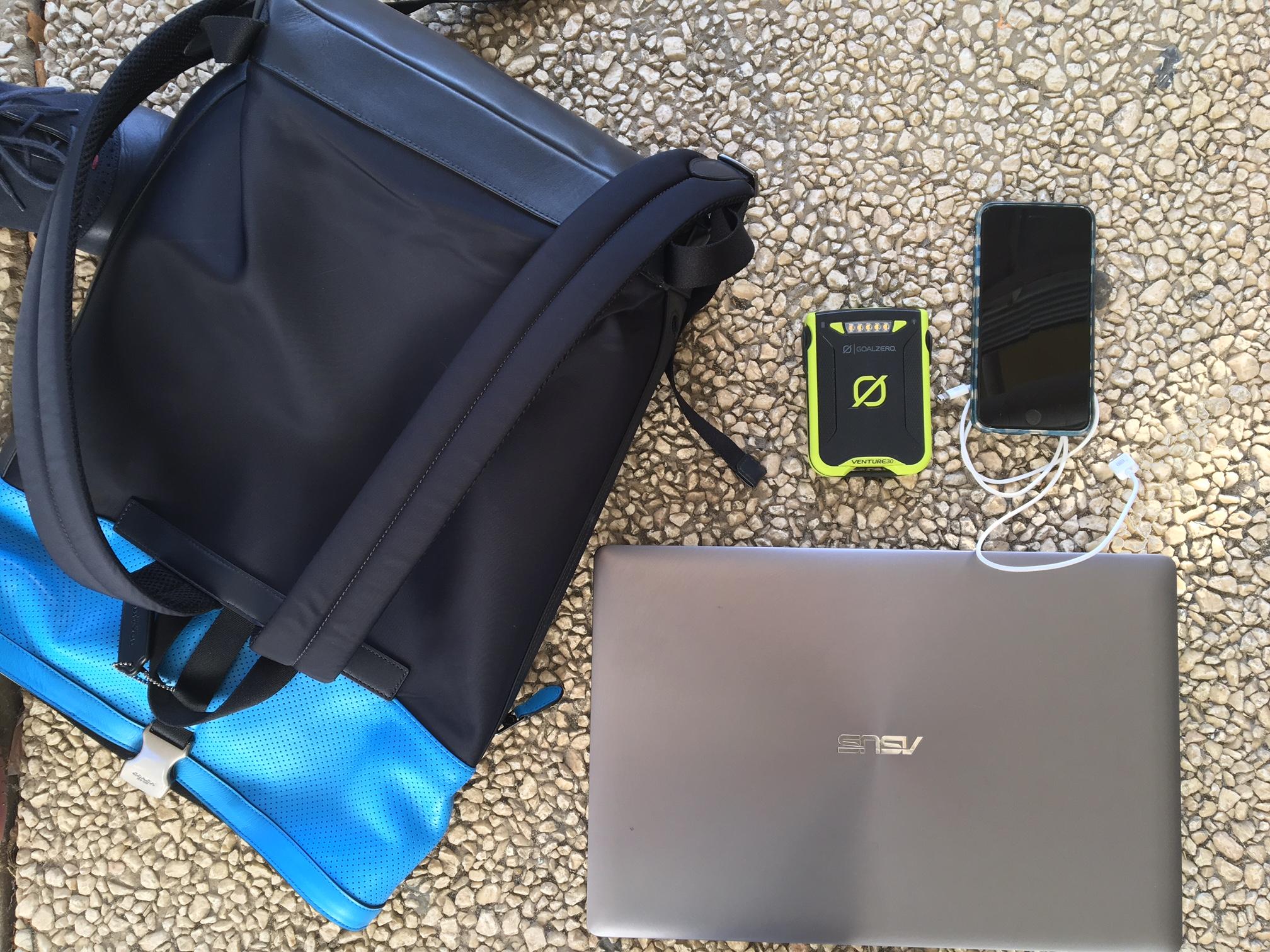 No kit de sobrevivência de Tom Gonser tudo é pensado ao detalhe: computador para trabalhar, telemóvel para comunicar e uma bateria para recarregar quando a energia falhar.