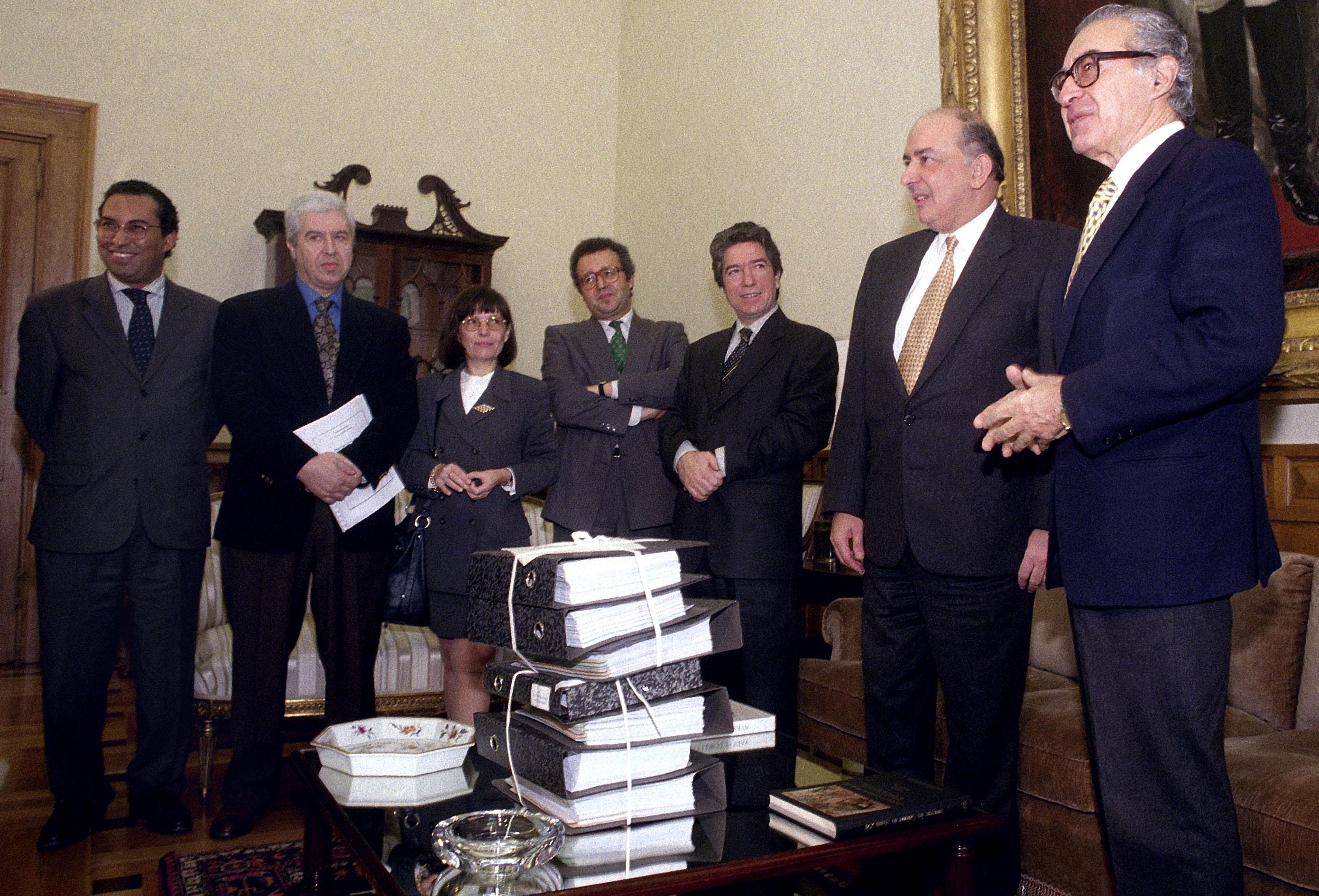 Ministro da Finanças, Sousa Franco entrega o orçamento de estado na Assembleia da República, Lisboa, 12 de Fevereiro de 1996. ANTÓNIO COTRIM/LUSA