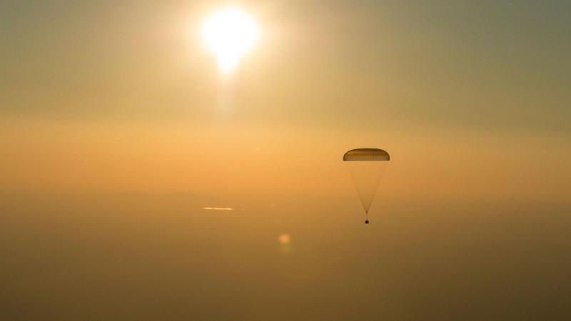 A nave especial Soyuz deriva para a Terra transportando Jeff Williams e dois cosmonautas russos depois de uma missão de 172 dias na Estação Espacial Internacional. FOTOGRAFIA DE BILL INGALLS, NASA, GETTY IMAGES
