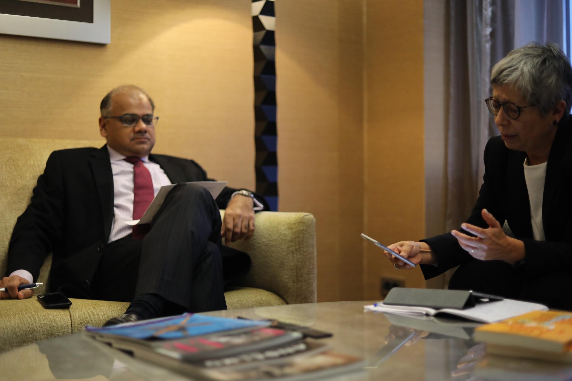 Subir Lall, chefe de missão do FMI para Portugal, com a jornalista Helena Garrido.