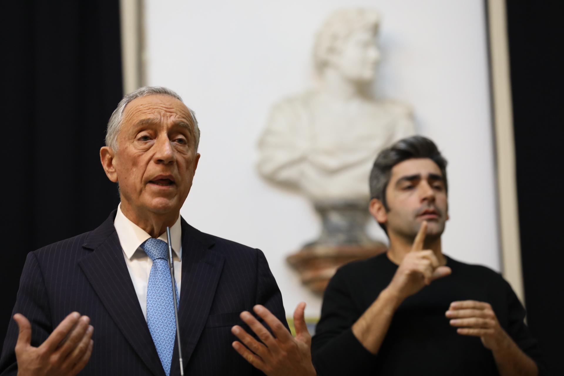 Marcelo Rebelo de Sousa falou ao país a parti de Belém com um intérprete de língua gestual.
