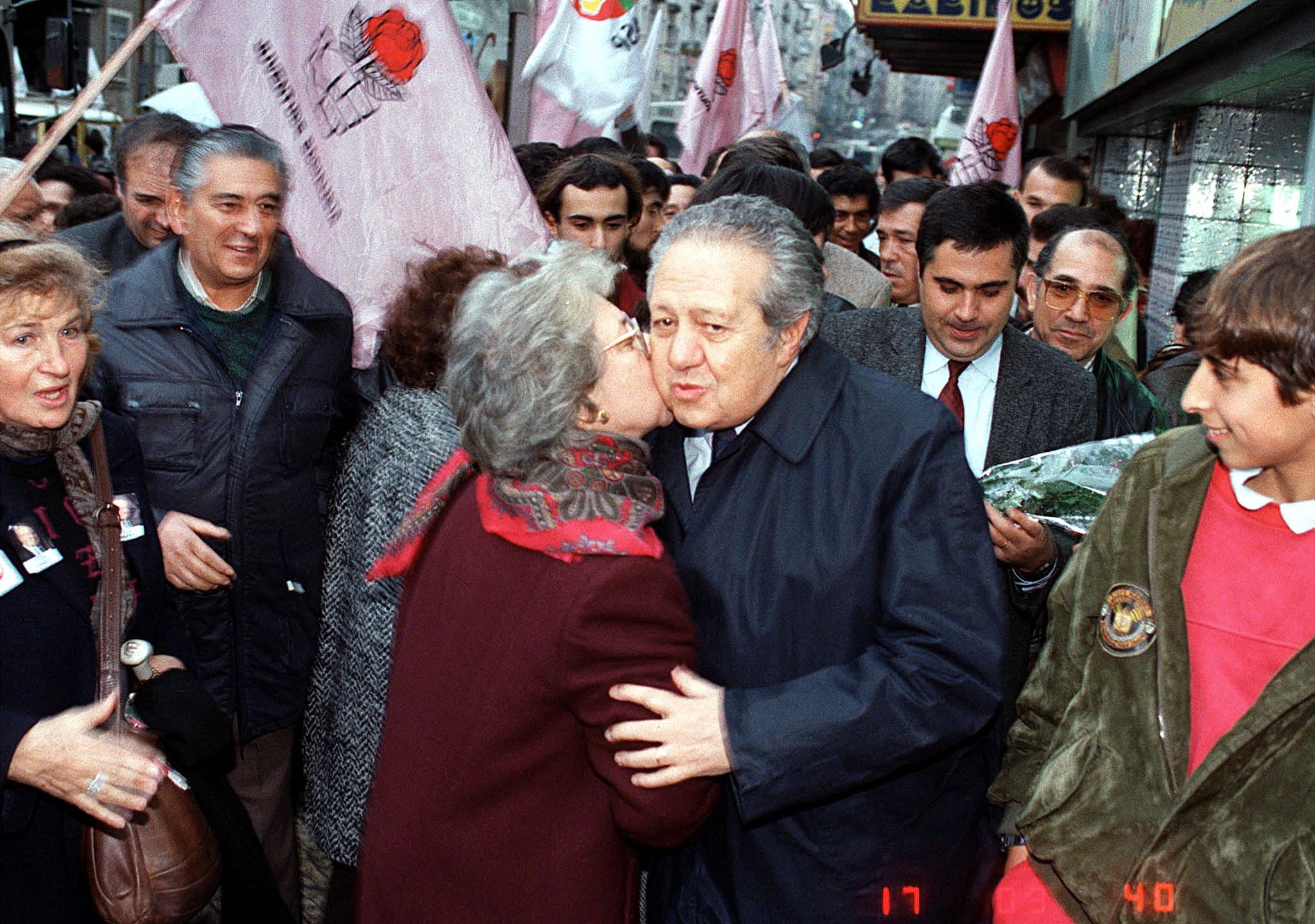O candidato presidencial, Mário Soares durante campanha eleitoral na zona da Praça do Chile, em Lisboa, a 31 Dezembro 1990. ACÁCIO FRANCO/LUSA