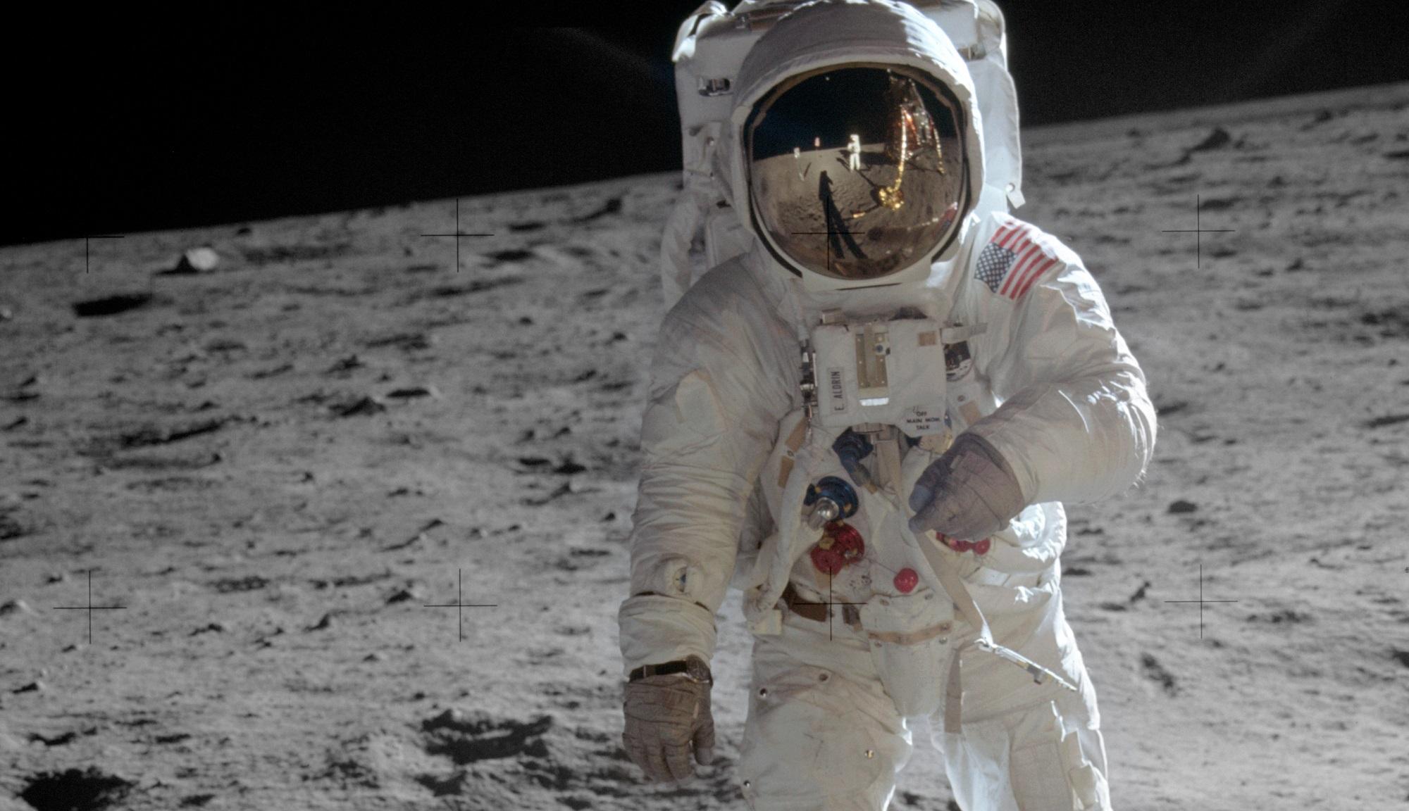 Buzz Aldrin, fotografado por Neil Armstrong, visível no reflexo no visor. Os dois primeiros homens na Lua.