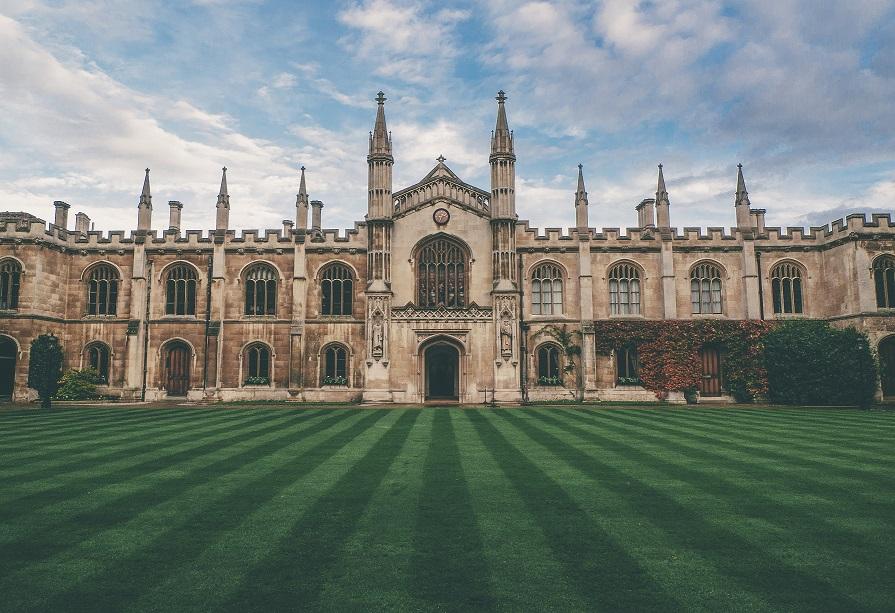 The University of Cambridge (RU) - É em Inglaterra que se localiza a universidade mais cara do mundo. Aqui um estudante de doutoramento em gestão paga 332.000 de dólares (317.697 de euros). Mas atenção: o curso ainda está em fase de proposta.