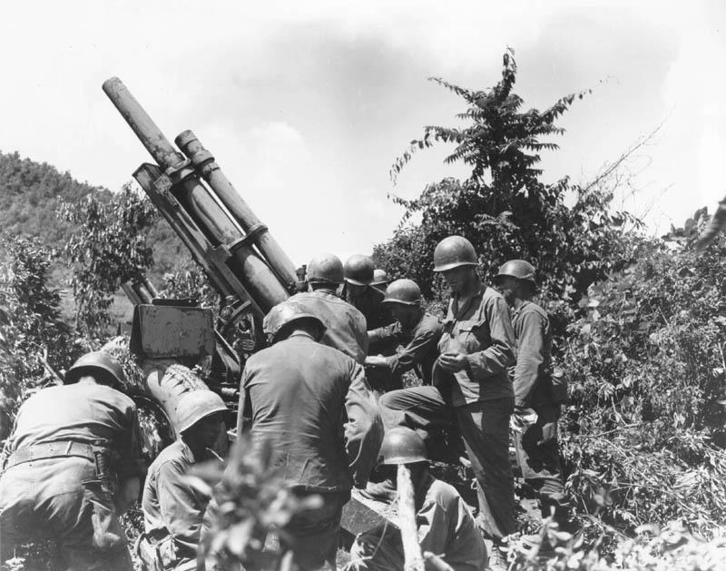 Uma equipa norte-americana na Coreia verifica o equipamento, a 15 de julho de 1950.