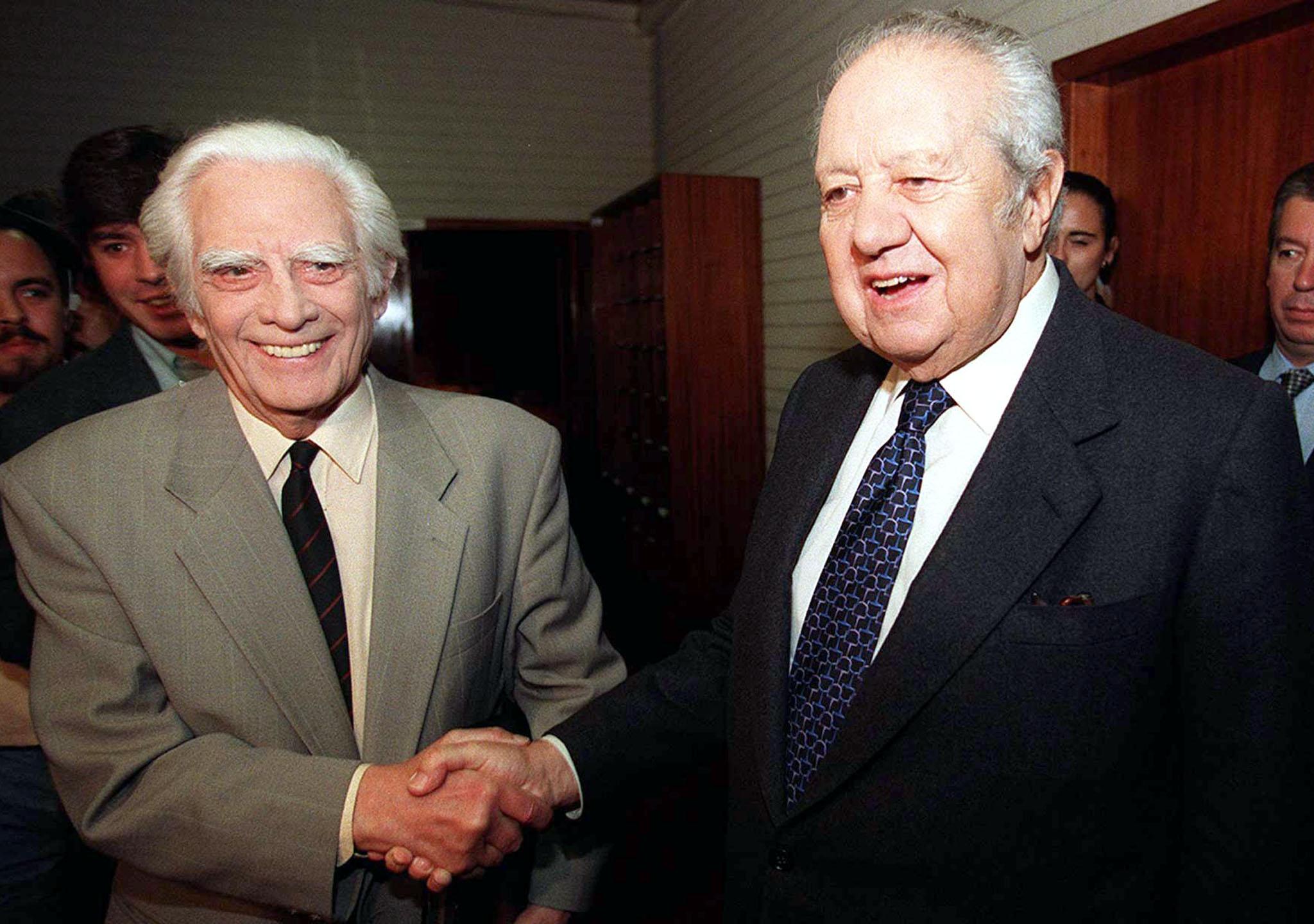 "LIS07: 19971106-LISBON,Portugal: Former Portuguese President Mario Soares (r) shake hands with portuguese ortodox communist leader Alvaro Cunhal , prior a forum about "" Portugal and next Milenium in Europe"". This is the first meeting between them"