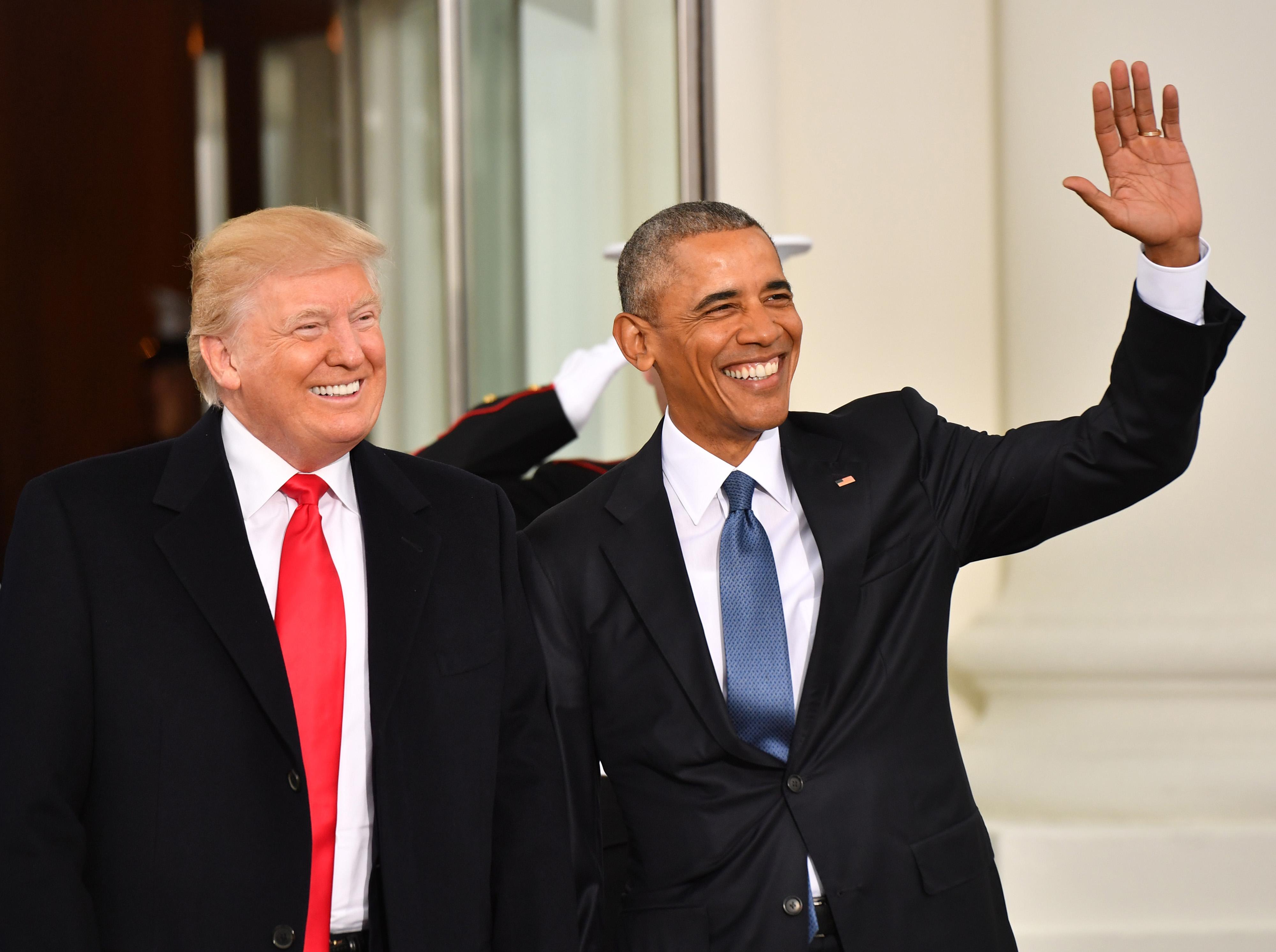 Trump e Obama em sorrisos.