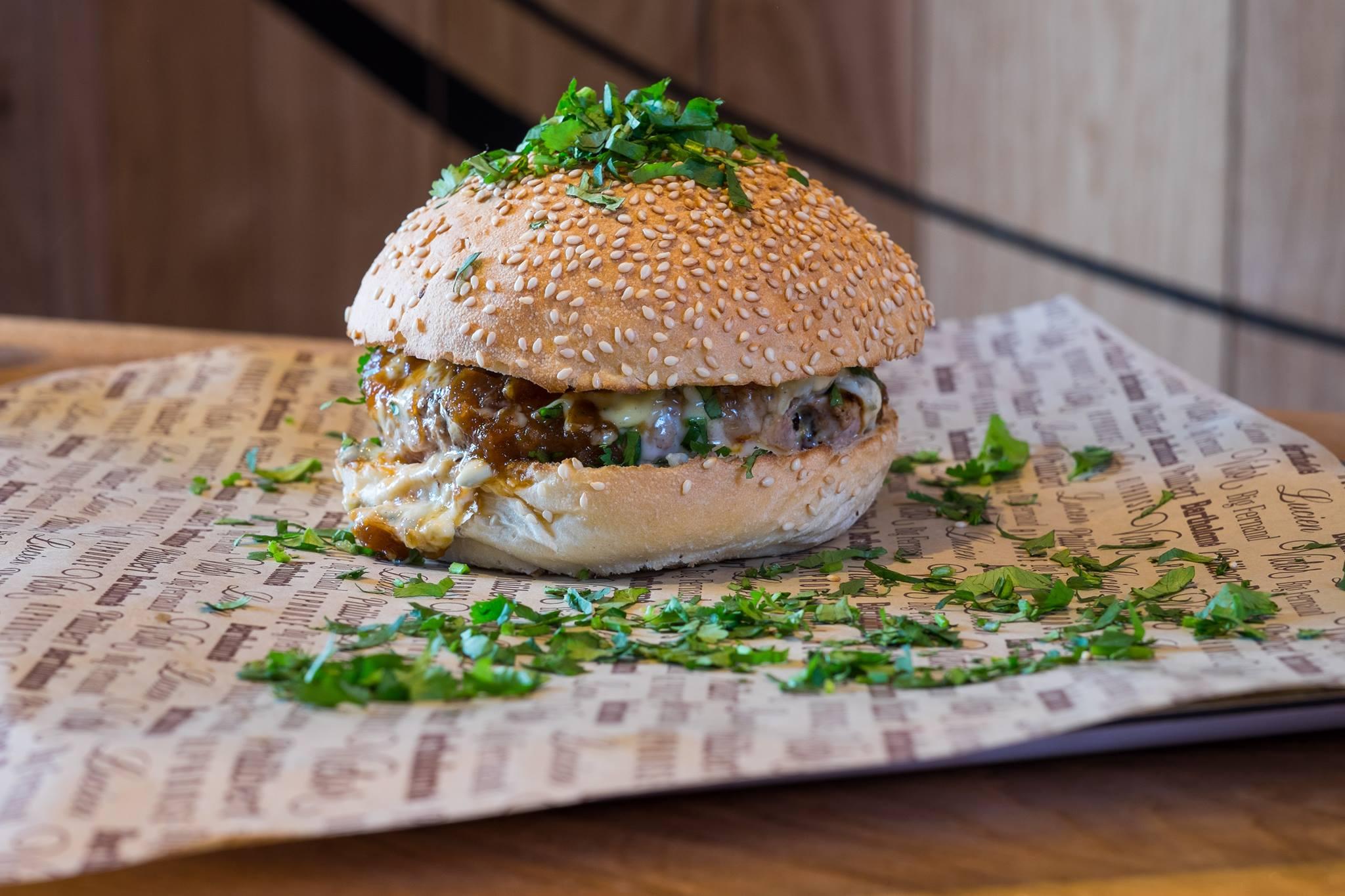 """Big Fernand, Paris - Esta é uma rede nova, fundada em Paris em 2012, que serve """"hambúrgueres"""" com um sotaque francês, além de queijos não pasteurizados em pão de forma com grãos. """"Fazem um bom trabalho"""", diz Garutti. Custam 12 euros."""