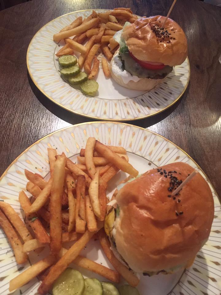 """Burgermine, Seul - Como conceito de negócio, um rodízio de hambúrgueres pode soar a grande ideia. Quero dizer, quanto você consegue comer? Você monta o hambúrguer a partir de um buffet com várias coberturas e batatas fritas ilimitadas. """"Este lugar é incrível"""", disse Opocensky."""