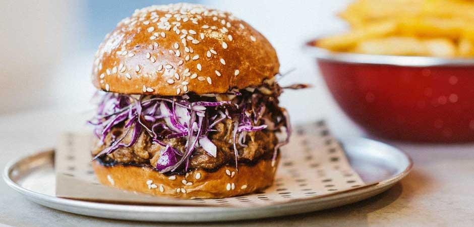 """Chur Burger, Sidney - A rede australiana é conhecida por seus hambúrgueres gourmet, começando com o básico bife grelhado, queijo, geleia de tomate, maionese de mostarda e pickles. """"Linda combinação com sabor incrível"""", diz Opocensky. """"Adoro o milk-shake de caramelo com sal como acompanhamento."""" O preço? 12 dólares australianos, o equivalente a 8 euros."""