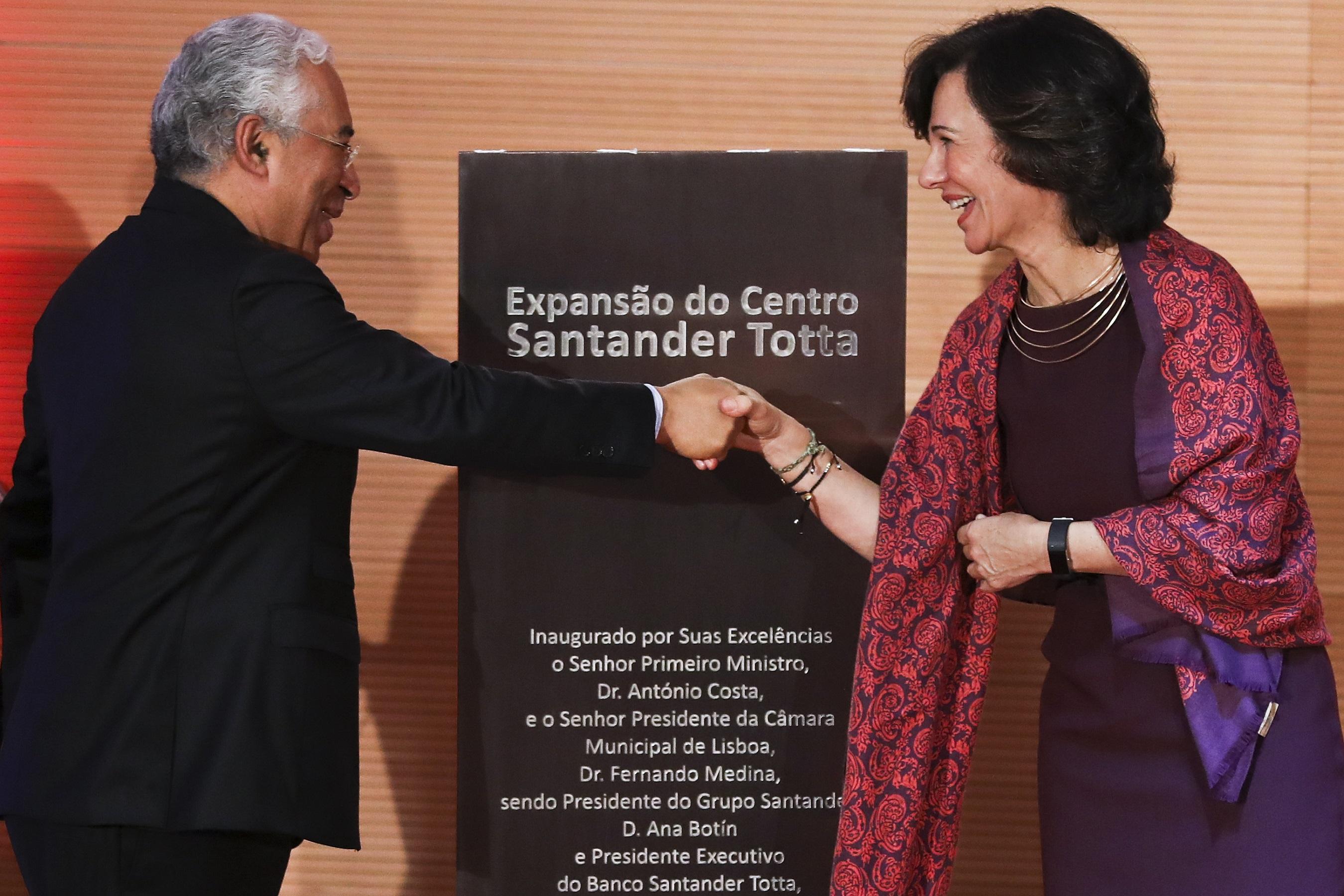 O primeiro-ministro, António Costa (E), acompanhado pela presidente do grupo Santander 5ðB@ÈfŠ—D\d(lHHÿØÿÛC $.'