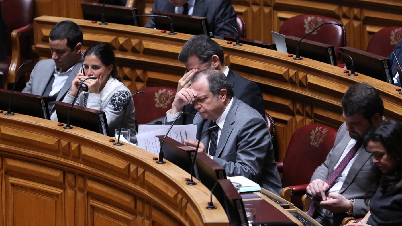 Banda parlamentar do Partido Socialista. O líder parlamentar Carlos César lê um documento.