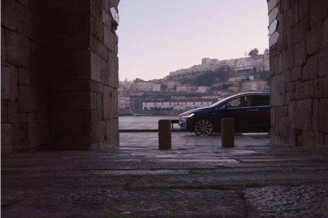 Ruas do Porto servem para ilustrar o Portugal romântico descrito pela Tesla.