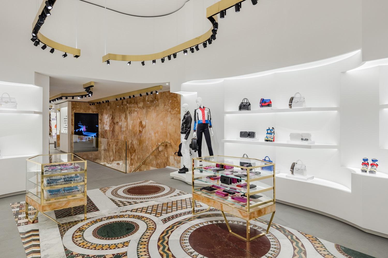 7d1d38544fc A Versace é a mais recente loja do segmento de luxo a abrir portas na  Avenida da Liberdade. Instalou-se no nº 238