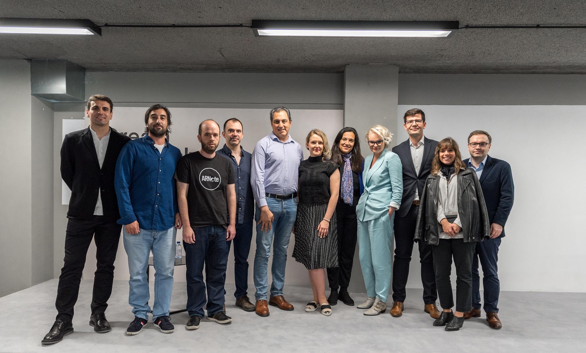 9149e8f05 Os 3 projetos finalistas com os responsáveis da Farfetch e mentores do  F-Tech Open.Farfetch. Trinta mil euros por um provador que permite  experimentar roupa ...