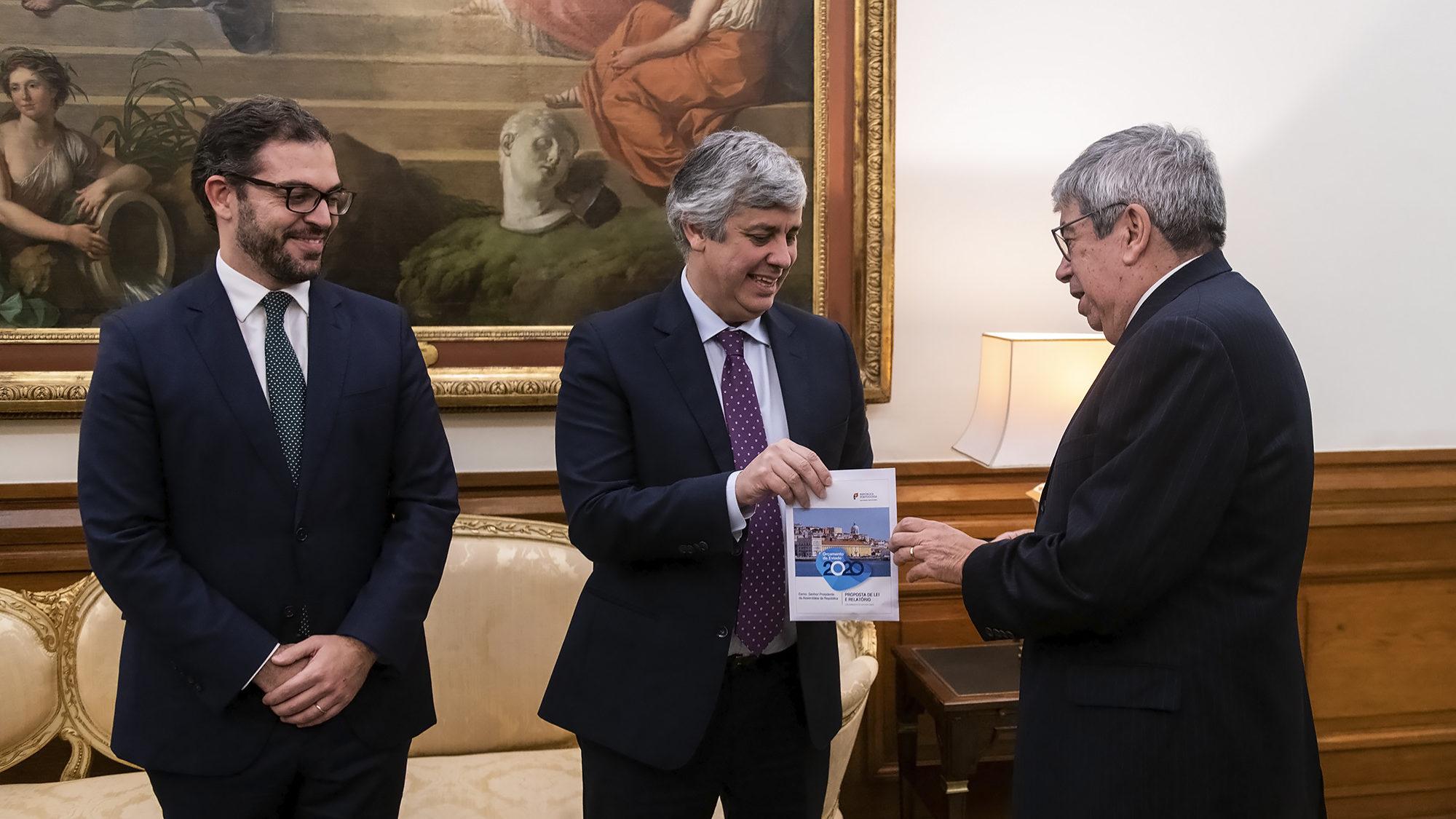 O Ministro das Finanças, Mário Centeno, entrega o Orçamento do Estado para 2020 ao Presidente da Assembleia da República, Ferro Rodrigues - 16DEZ19