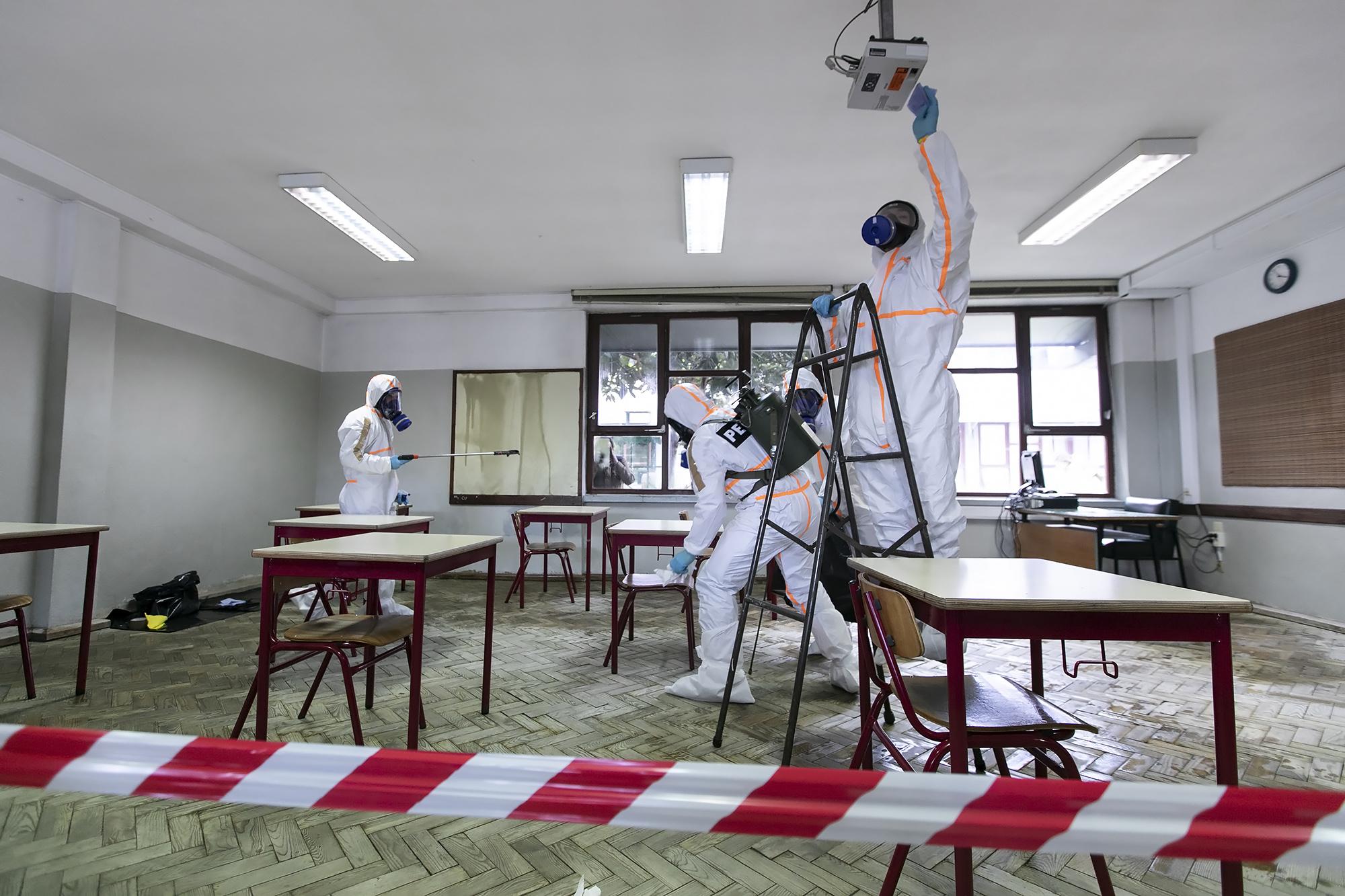 Forças Armadas realizam ação de desinfeção na Escola Secundária da Amadora - 29ABR20