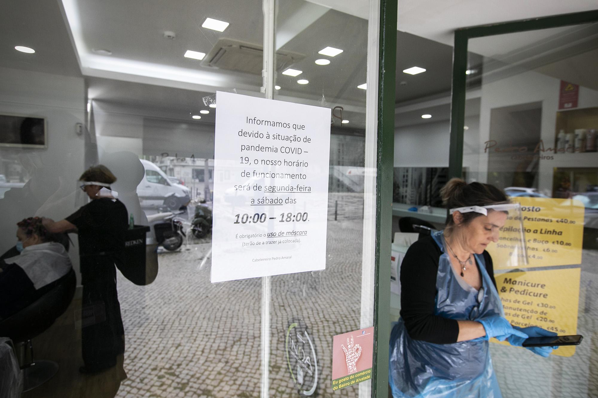 Pequeno comércio reabre no bairro de Alvalade - 04MAI20