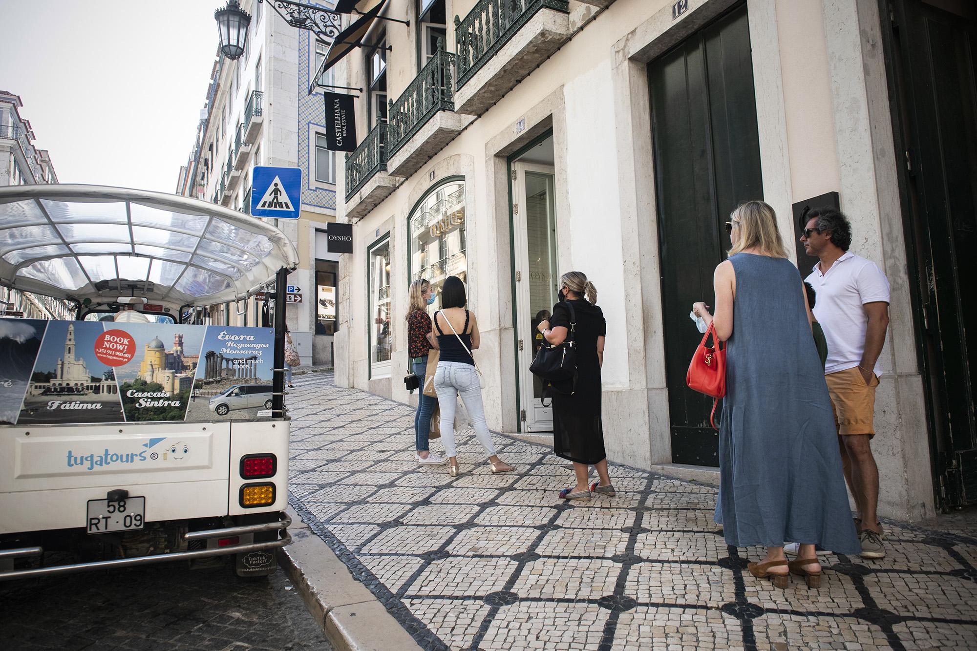 Filas para a entrada nas lojas do Chiado - 28MAI20