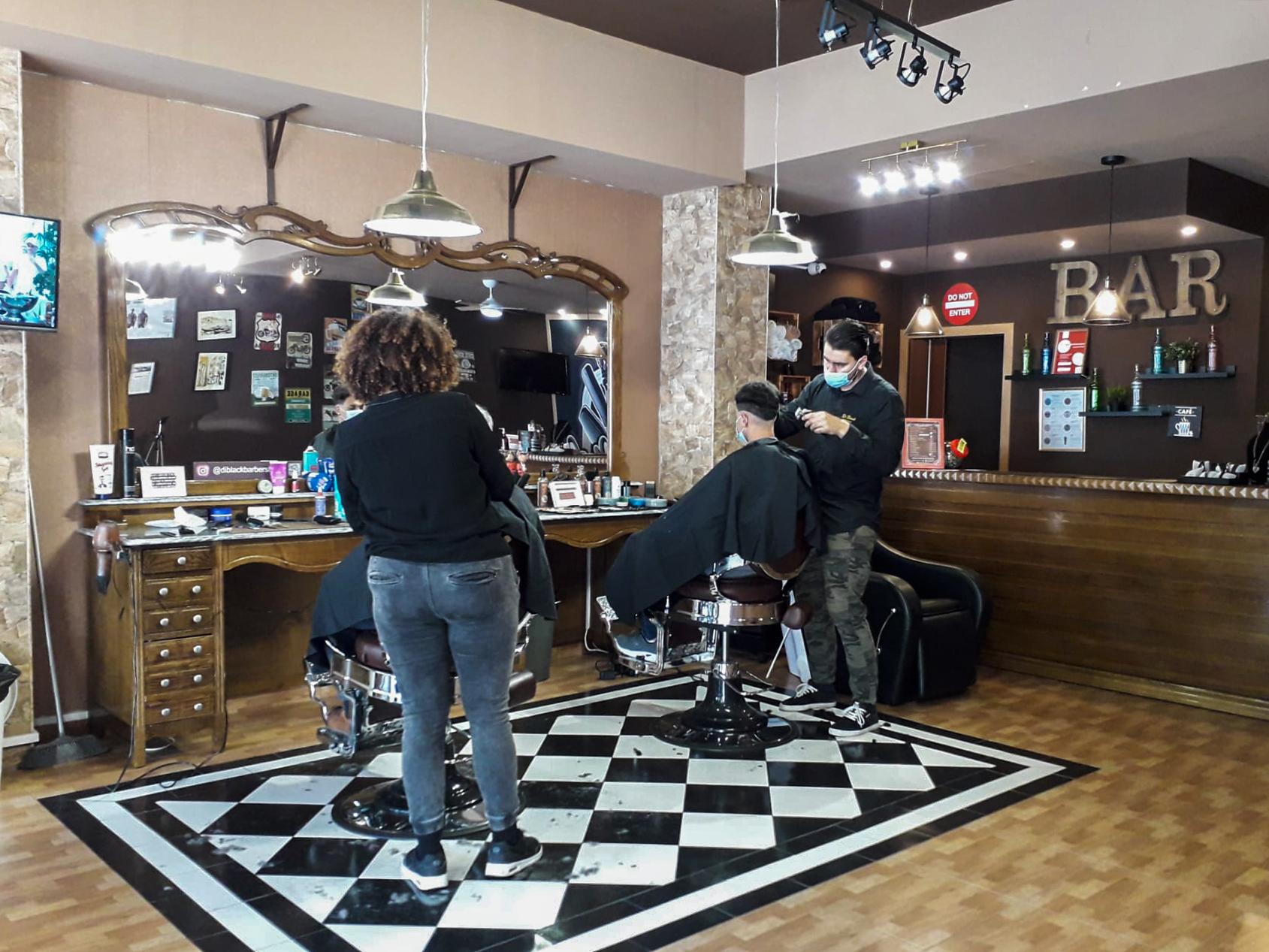 Cabeleireiros, barbeiros e comércio não essencial reabre após confinamento no Porto - 15MAR21