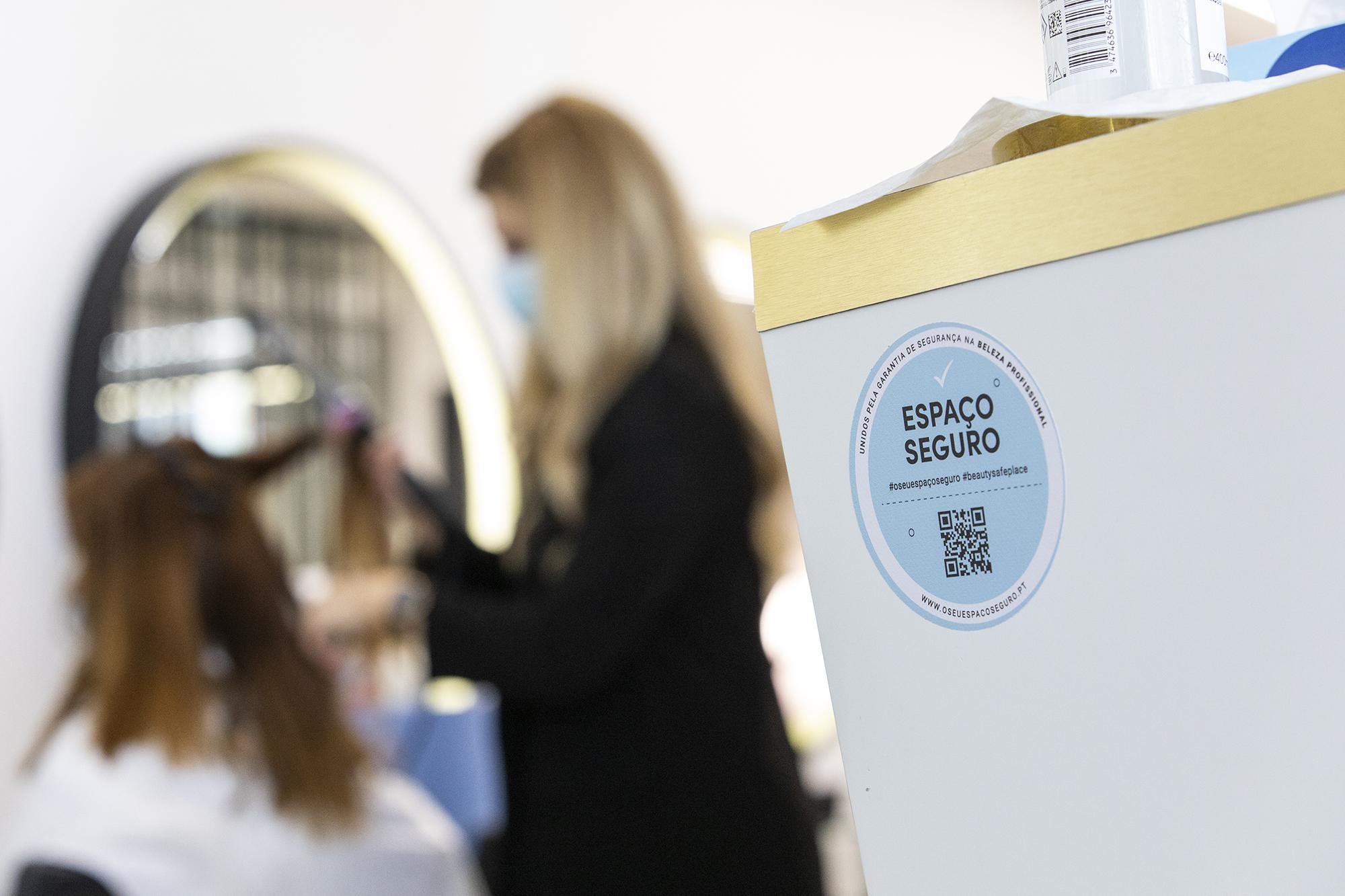 Cabeleireiros, barbeiros e comércio não essencial reabre após confinamento em Lisboa - 15MAR21