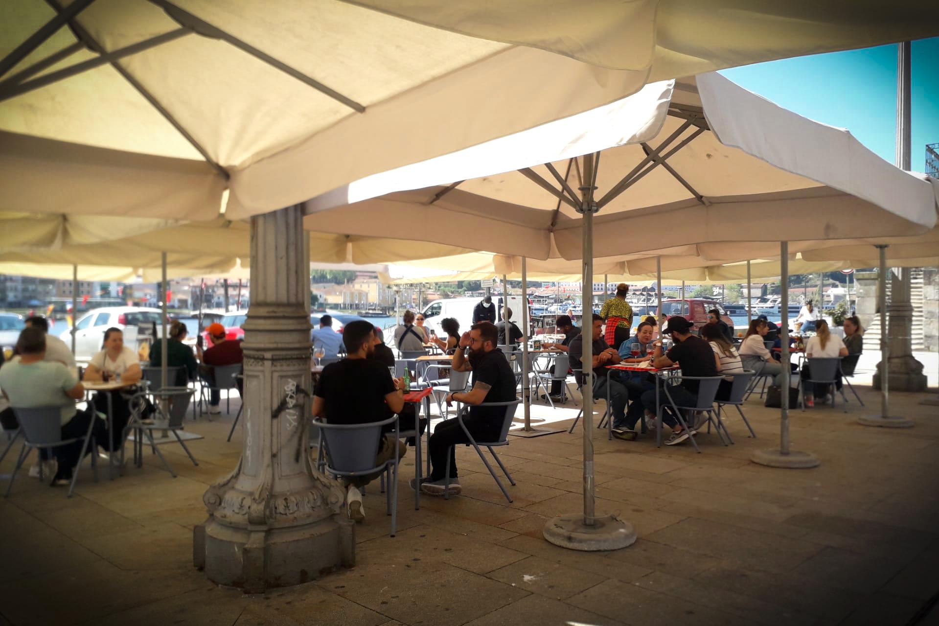Comércio e esplanadas dos restaurantes reabrem após confinamento - 05ABR21